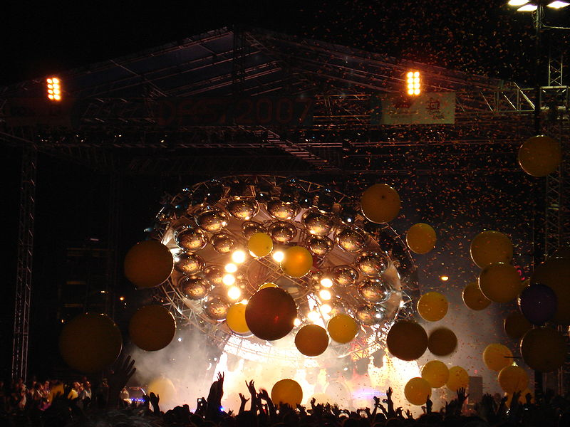800px-The_Flaming_Lips_UFO_stage_prop